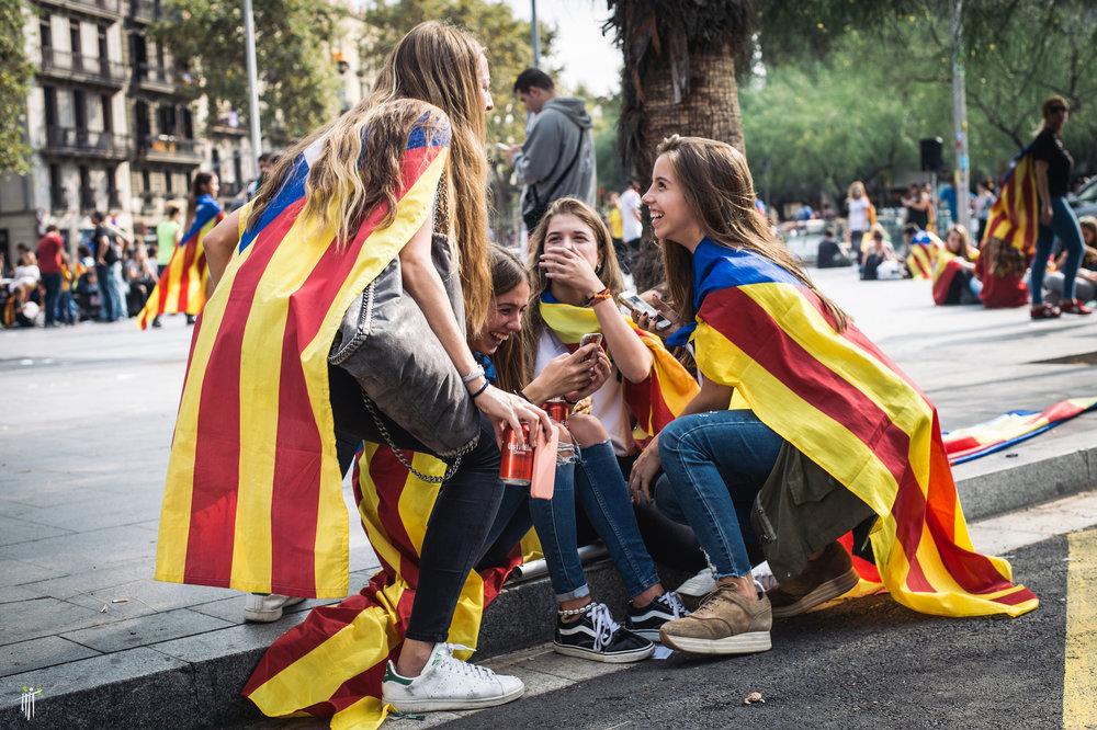 Giovani studenti catalani pro-indipendenza scesi in piazza il 2 ottobre contro la repressione delle autorità spagnole. Foto: Sasha PopovicLicenza: CC 2.0