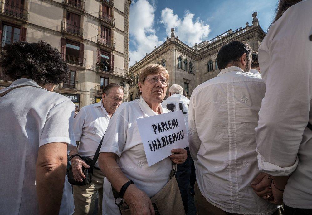 FOTO DELLA SETTIMANA:  Manifestanti a Madrid dimostrano a favore della riapertura del dialogo fra Spagna e Catalogna, la prima vera reazione anti-indipendentista di un paese spaccato. Foto: Fotomovimiento Licenza  CC 2.0
