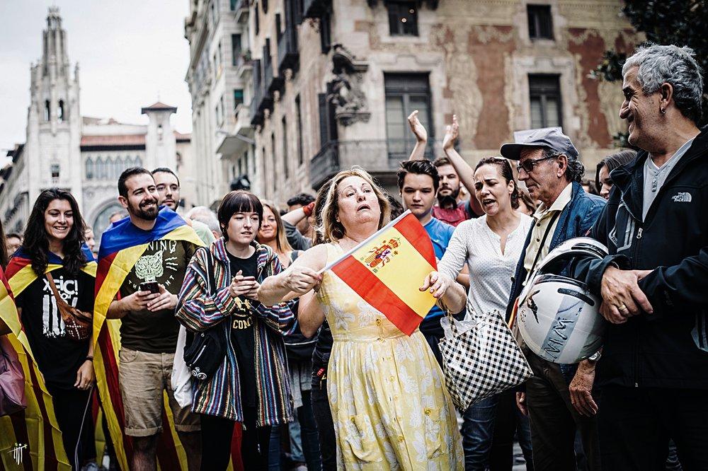 FOTO DELLA SETTIMANA: scena tratta dalle manifestazioni indipendentiste e unioniste dell'ultimo mese in Catalogna. Foto: Sasha Popovic Licenza:  CC 2.0