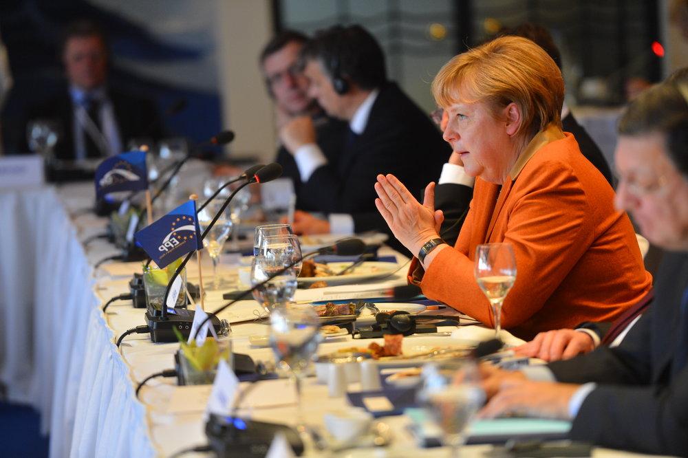 Angela Merkel, sotto pressione in Germania e, per la prima volta, messa sotto accusa dall'interno del suo stesso partito. Foto: European People's Party Licenza:  CC 2.0