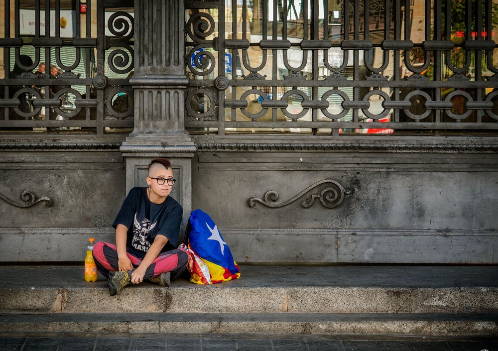 L'attesa per la dichiarazione di indipendenza catalana da parte di una giovane millitante, proprio gli studenti sono stati, insieme agli anziani presenti durante le persecuzioni franchiste, l'asse portante del movimento indipendentista. Foto: Fotomovimiento Licenza: CC 2.0