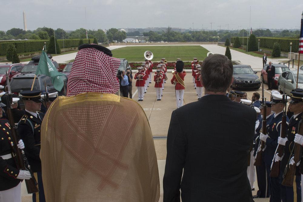 Mohammed bin Salman in visita negli Stati Uniti. La vecchia e storica alleanza non basta all'Arabia Saudita per mantenere il proprio ruolo in Medio-Oriente. Foto: Jim Mattis Licenza:  CC 2.0