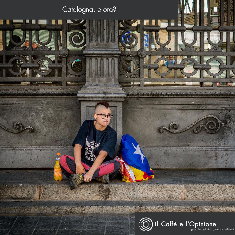 La Copertina:L'attesa per la dichiarazione di indipendenza catalana da parte di una giovane millitante, proprio gli studenti sono stati, insieme agli anziani presenti durante le persecuzioni franchiste, l'asse portante del movimento indipendentista. Foto: Fotomovimiento Licenza: CC 2.0
