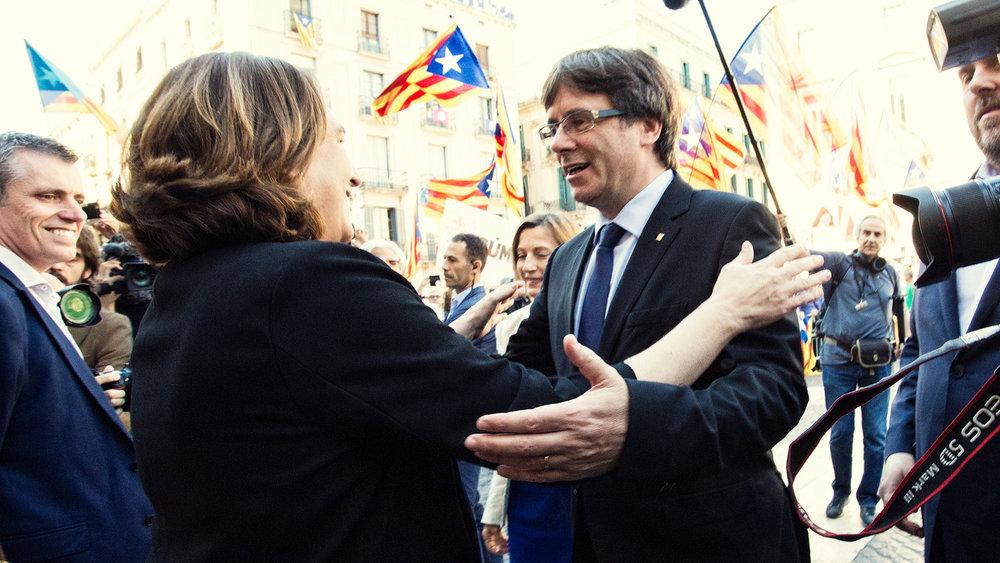Il sindaco di Barcellona Ada Colau (Podemos) e l'oramai ex-Presidente catalano Carles Puigdemont. Ada Colau non è un'independentista, ma ha appoggiato il referendum, ora si chiede che fine ha fatto Puigdemont. Foto: Ajuntament Barcelona Licenza:  CC 2.0