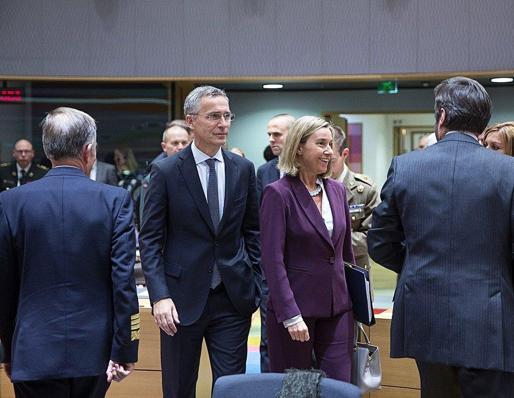 Jens Stoltenberg, segretario generale della NATO, e Federica Mogherini, alto rappresentante europeo per la politica estera, il giorno del varo di PESCO, l'iniziativa per la difesa comune europea. Foto: NATO North Atlantic Treaty Organization Licenza:  CC 2.0