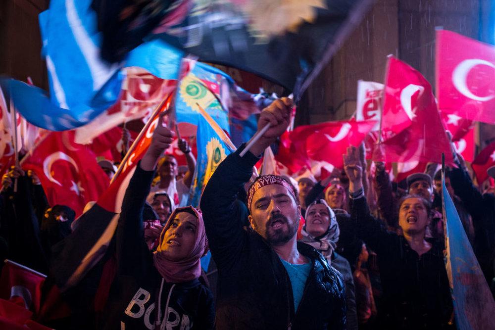 Supporter di Erdogan, uno zoccolo duro che non sembra intenzionato ad abbandonare il proprio presidente. Getty Images