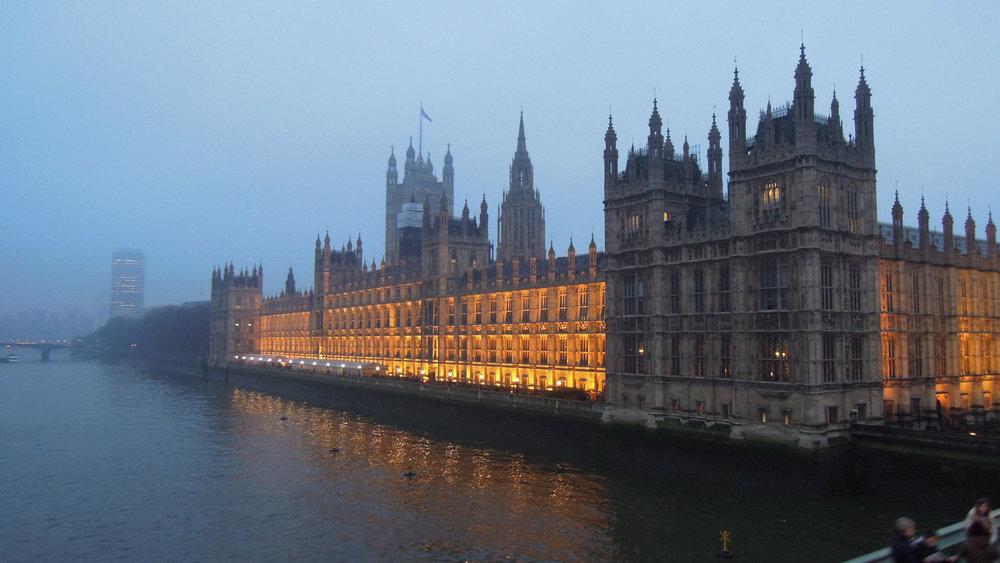 Nebbia sulla House of Commons, sede del parlamento britannico dove Theresa May ha subito la sua prima vera sconfitta parlamentare. Foto: David McKelvey Licenza: CC 2.0