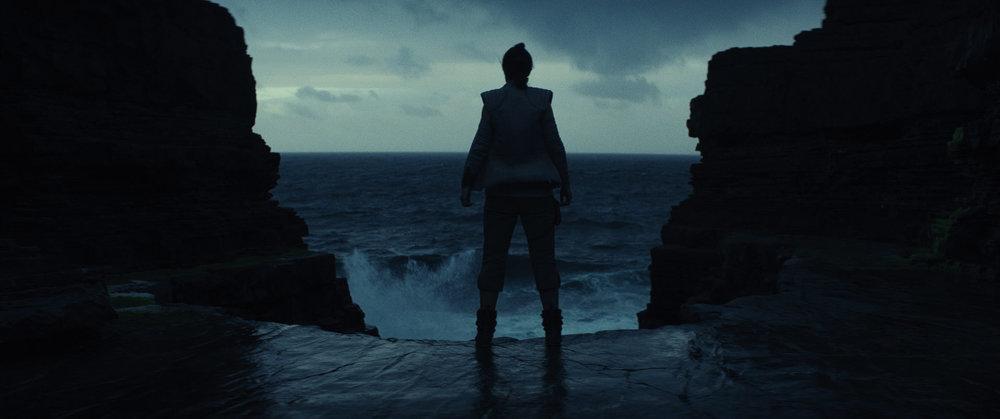 Rey, in una scena del suo addestramento, una delle parti visivamente più efficaci del film. Foto: Star Wars/Lucasfilm/Disney
