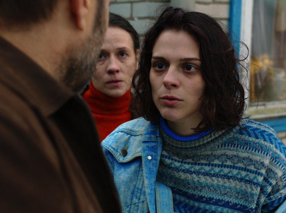 Darya Zhovner), in una scena di Tesnota di Kantemir Balagov. Foto: Example of Intonation, Lenfilm, tutti i diritti riservati.