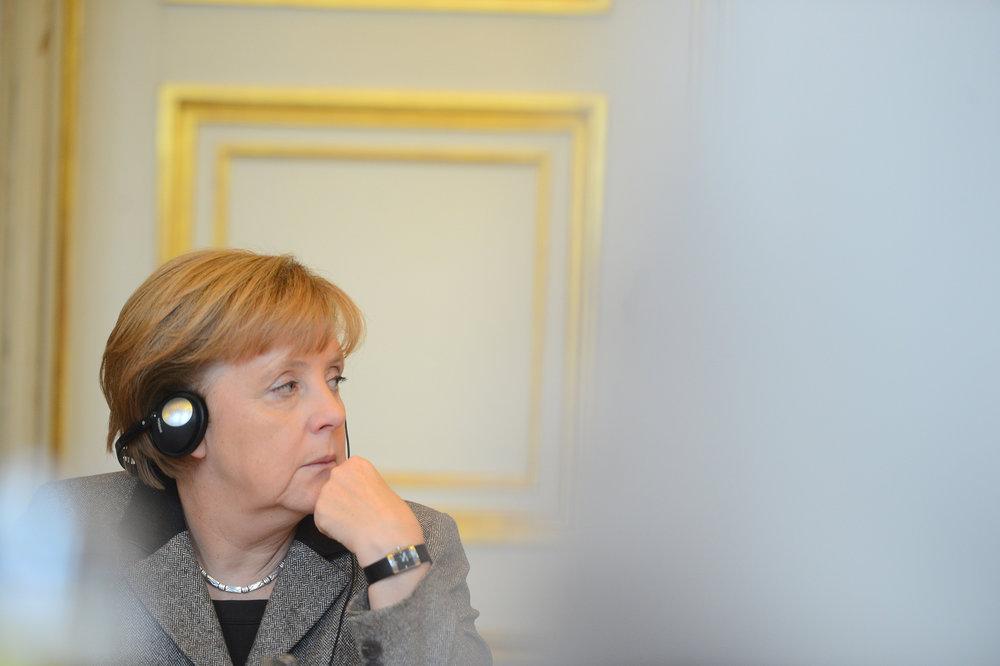 Angela Merkel, all'ultimo atto della sua carriera da Cancelliera, almeno secondo quanto indicato da un sondaggio per cui il 47% degli elettori vorrebbe che si ritirasse prima della fine del quarto mandato. Foto: European People's Party Licenza:  CC 2.0