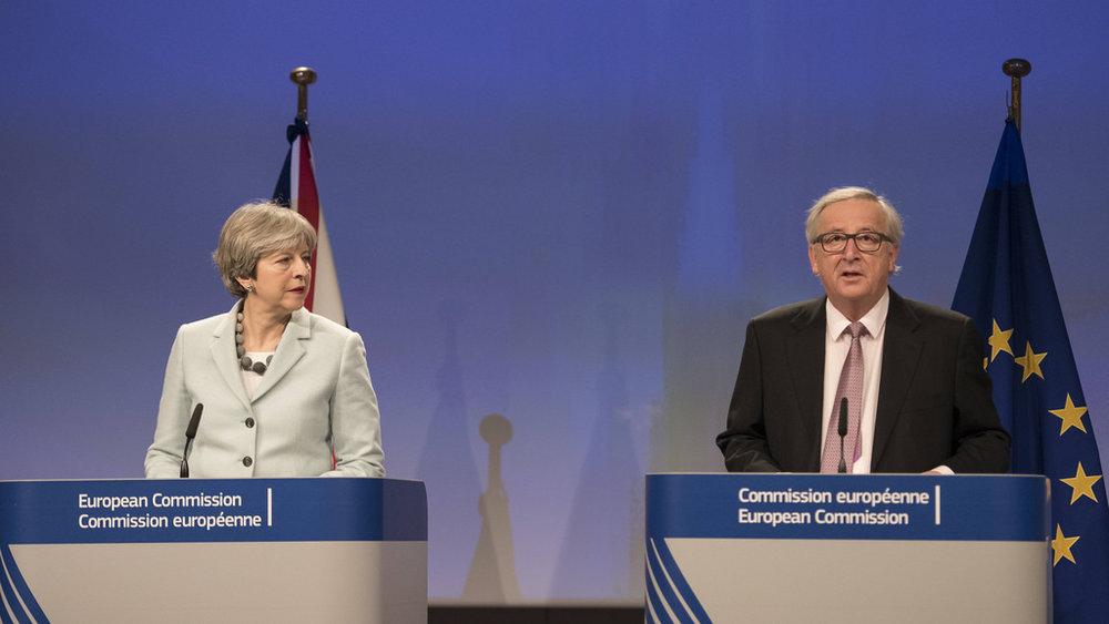 Theresa May e Jean-Claude Juncker durante l'ultima conferenza stampa del 2017. Foto: Number 10 Licenza: CC 2.0
