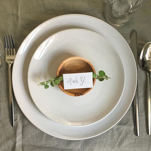 We created two posts with Thanksgiving place settings with place cards for your guests. Which do you prefer? Let's call this one option 1. (Details on our blog) . . . #thanksgivingtable #thanksgivingstyle #thanksgivingideas #thanksgivingplacecards #hostingthanksgiving #printables