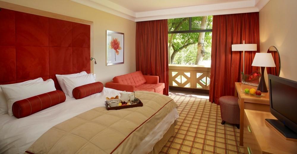 sun-city-hotel-luxury-family-room-bedroom-1213.jpg.sunimage.1400.730.jpg