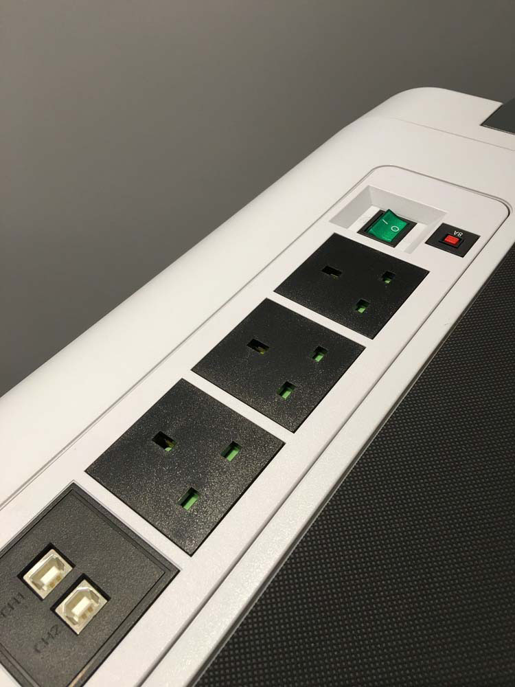 備有 3 個獨立外接電源插座提供額外的電力需求,可為其他電子產品一併供電