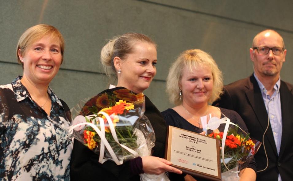 Fjorårets vinner var Bakehuset AS. Fra venstre: Anne Berit Aker- Hansen fra NNN, Hilde Melfald og Ingunn Ekremsæter fra Bakehuset AS og Nikolai A. Westlie fra NHO Mat og Drikke.
