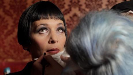 Video still aus Café Vienne. … full of spirits so free, 2014 (Sängerin: Tini Trampler, Kamera: Reinhard Mayr)