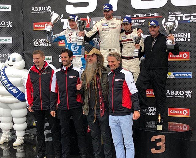 Toppen helg här i Norge 🇳🇴 vinst i dagens race och 2a i gårdagens blöta race med grymt tajt Racing med Lukas 🙈 många goa poäng och snabbaste varv i båda racen ser vi nu fram emot Mantorp och finalen om 2 veckor 😏 stort tack till teamet och Helgens huvudsponsor Melbye 😍 kul med besök av Mark Webber och Magnus Walker #p1 #porschecarreracupscandinavia #rudskogen @hannes_moder @magnuswalker @aussiegrit
