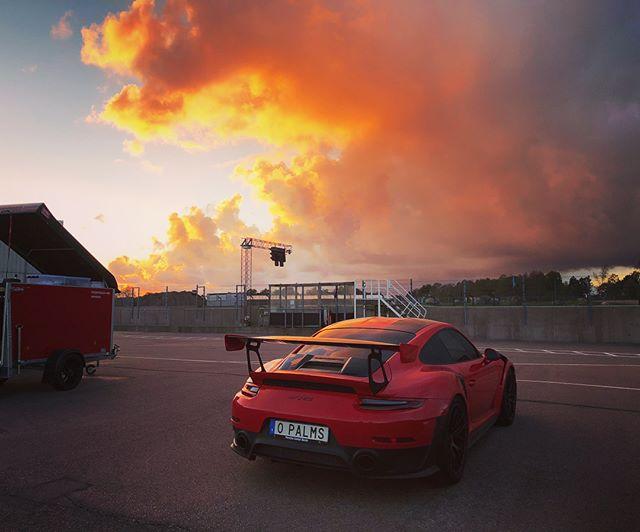 Alltid lika kul med nya Porsche ägare som ska lära sig köra med sina nya fina bilar👌☺️ heldag på Falkenberg motorbana igår med 30 personer och en nöjd kille som fick åka Porsche i ösregn😍⛈ #carevents #porschedriver #gt2rs
