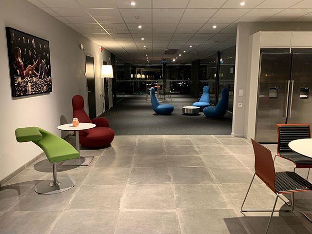Färgglatt på senaste BXB kontorshotell med nya möbler från Soeco 🌈 #bxbfastigheter