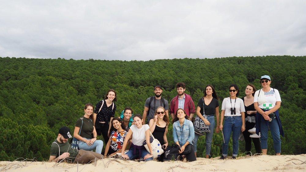 Participants en haut des dunes côtières entourés par la plus grande forêt de pins maritimes d'Europe