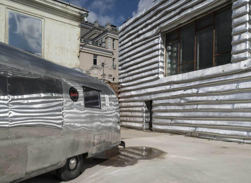 Серебристый фургончик идеально гармонирует соформлением