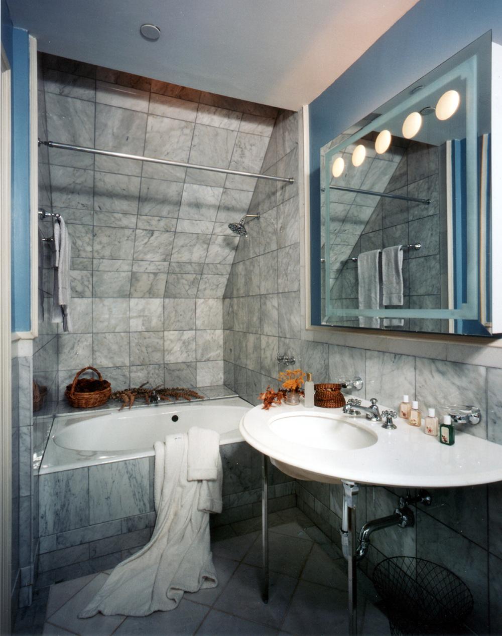 Mystery Point - Interior - Bathroom Sink & Tub.jpg