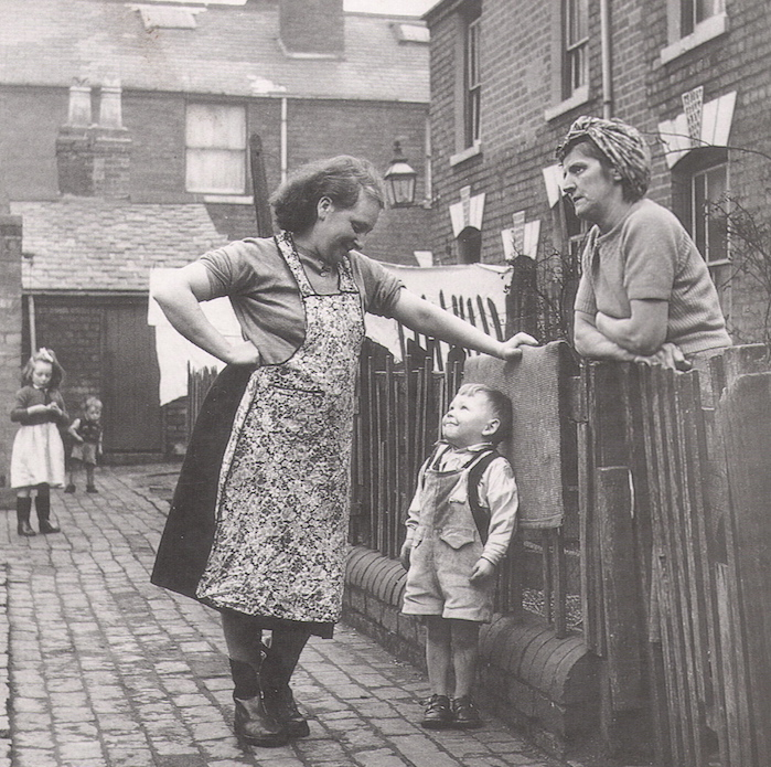 Working-class mothers taking a break from their chores, 1950.