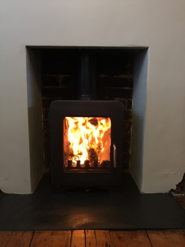 saltfire-st2-black-wood-burning-stove-brighton