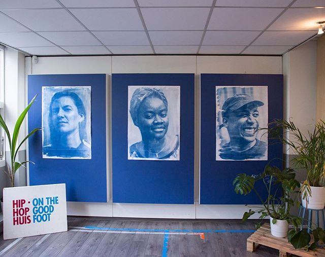 New work Aan de hand van de blauwdrukken die ik voor @dekrachtvanrotterdam heb gemaakt ben ik door @aruna gevraagd een mural te maken in het HipHopHuis. Het is een drieluik geworden waarin drie van de community builders van het HipHopHuis centraal staan.  #artoftheday #art #kunst  #expo #rotterdam #artlover #artblogger  #artistlife #artblog #sheheragrot #artlover #photography #womeninart #rotterdam #hiphophuis #cyanotype #blauwdruk