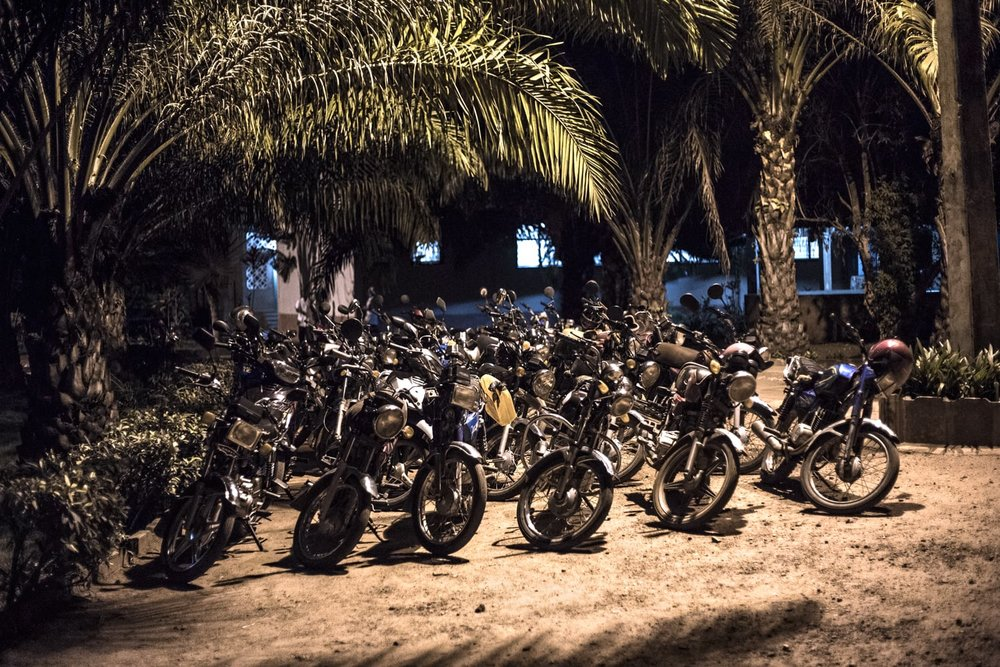 When the sun sets, men and relatives arrive at Gbemontin, and the area just outside the Centre fills up with motorcycles. Though these are numerous, the number of visitors is far greater since many people come on foot from distant villages.
