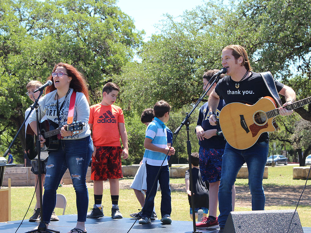 Jewish rocker Rick Recht with Austin community song leader Danielle Ryan sing and dance with children to celebrate Yom HaAtzmaut. Credit: Wendy Goodman