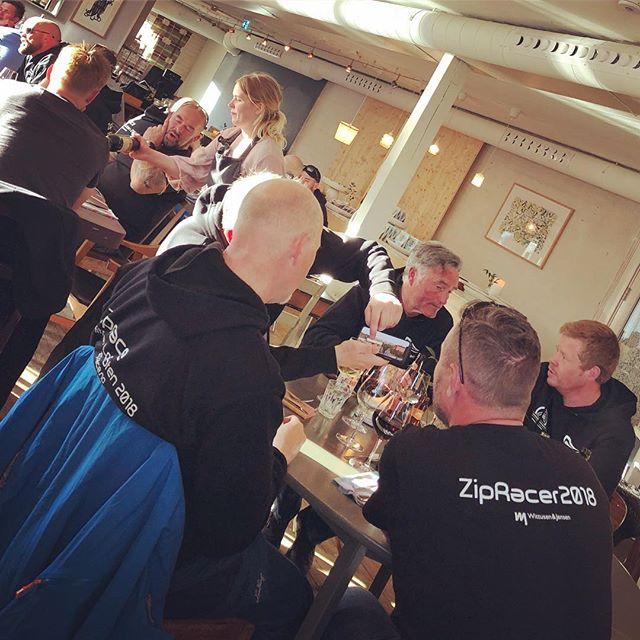Ziprace har ankommet Solsiden brygger og inntar middag på restauranten Himmel og Havn i kveld. Det deles minner, bilder og film fra en innholdsrik dag i Lofoten. @solsidenbrygge @himmeloghavn #ziprace #lofoten #hitra @ansnesbrygger