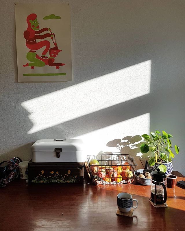 Monday morning at my Leipzig home  With an original #janbarcelo :) . . . . . . #artistinresidence #goodmorning #kitchen #artwork #monday #coffee #thegoodlife #silkscreen #print #fortheloveofart #sunshine #homeiswheretheartis