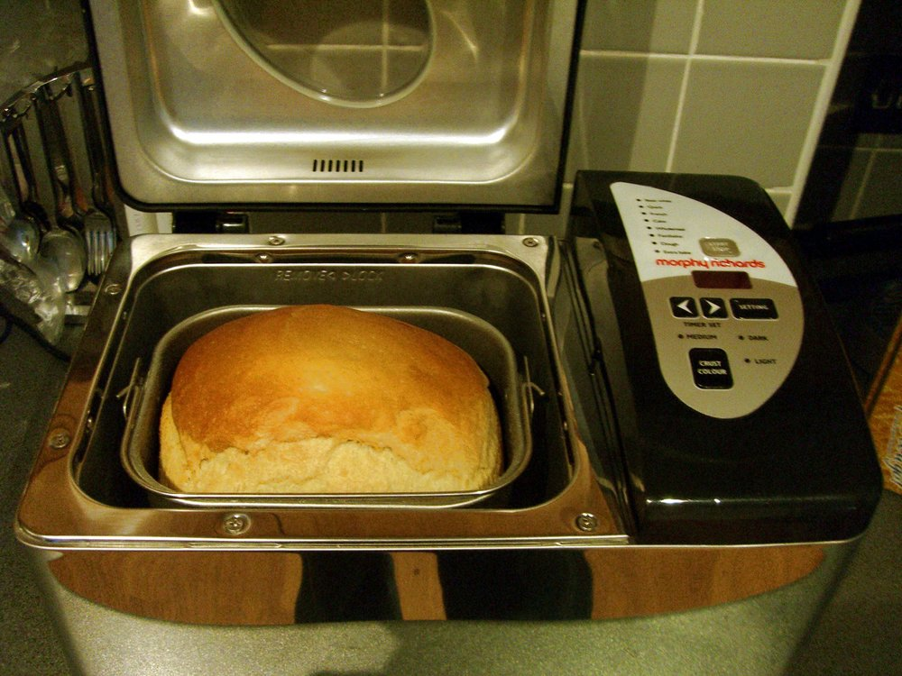 Making_bread_in_bread_machine.jpg