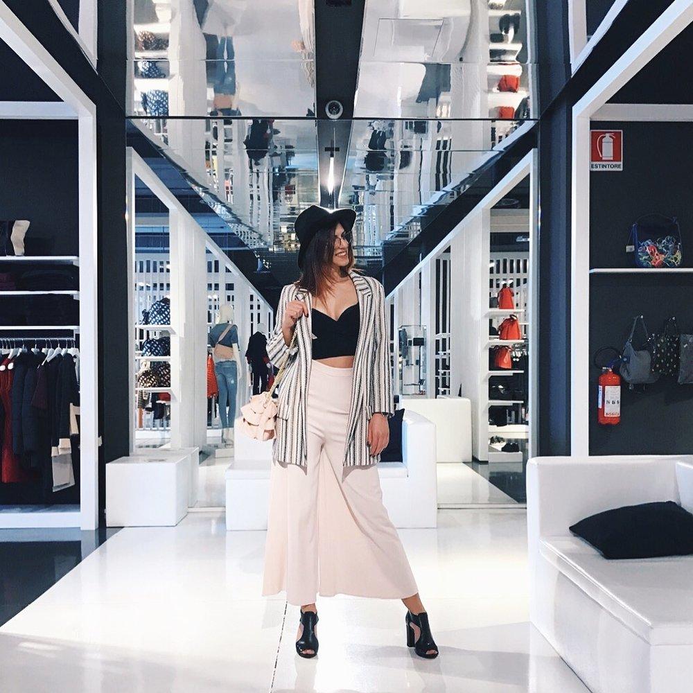 Outfit Pinko, scarpe M. Kors, top Annarita N.