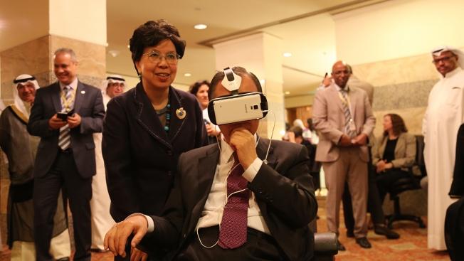 World Health Organization Director-General Margaret Chan (l.) and U.N. Secretary General Ban Ki-moon try VR. United Nations