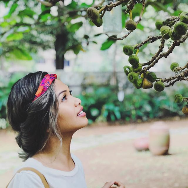 Find someone who looks at you the way Jaira looks at baby figs? 🤔 • • #kerala #cochin #aimlesswanders #fbf #fruitsmakemehappy #mmmfigsandcheese
