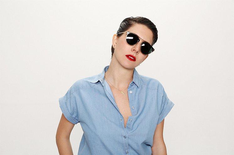 """לוסטיגחמושה במשקפיים מקולקציית """"המשקיפה"""" המותג שבבעלותה (צילום:אייל נבו)"""