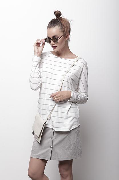 """חולצת פסים וחצאית ניוד כפתורים של """"אפרתה"""" (צילום תום מרשק)"""