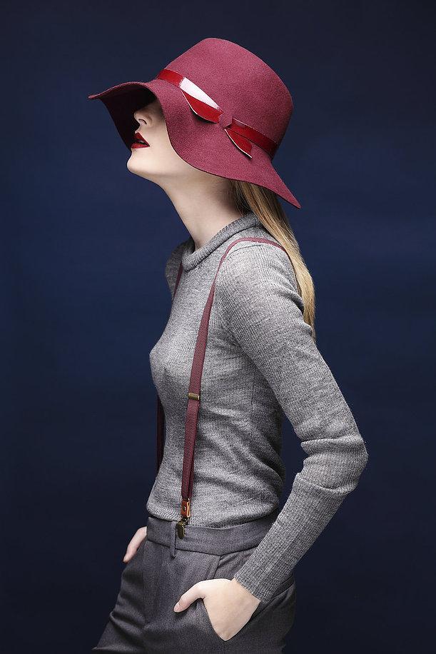 """""""ילווה אותך לתקופה ארוכה מבלי שייאבד מקסמו"""" כובע רחב שוליים מקולקציית המותגJustine hats(צילום: יפעתור'ציק)"""