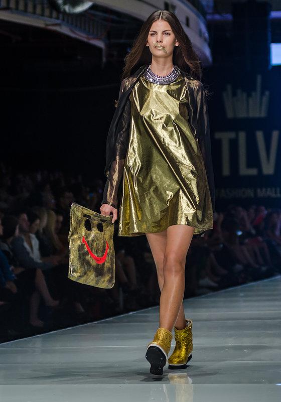 """שמלה תיק ונעליים מטאליים בתצוגת """"טוב'לה"""" בשבוע האופנה גינדי 2015 """"התחליף היאה למנצנצים""""     צילום:מארק סגל"""