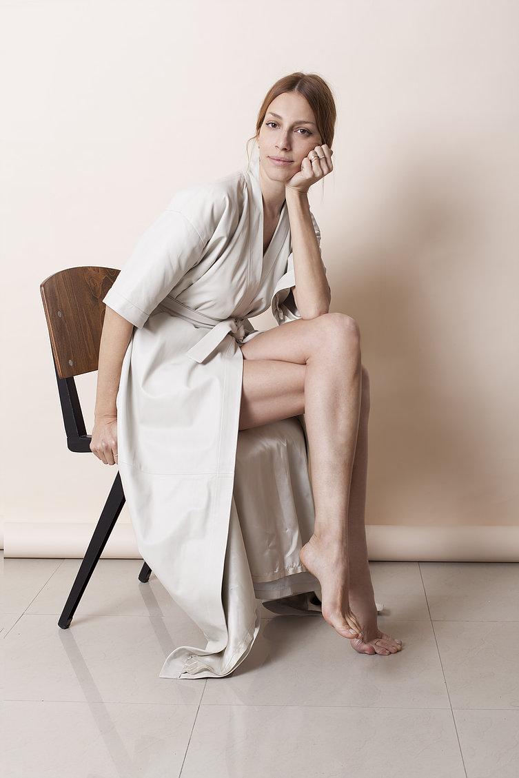 """""""נשים רבות עובדות מהבית, וזה טוב ומבורך""""   (שמלת חלוק- עידן לרוס, צילום: רותם רייצ'ל חן)"""