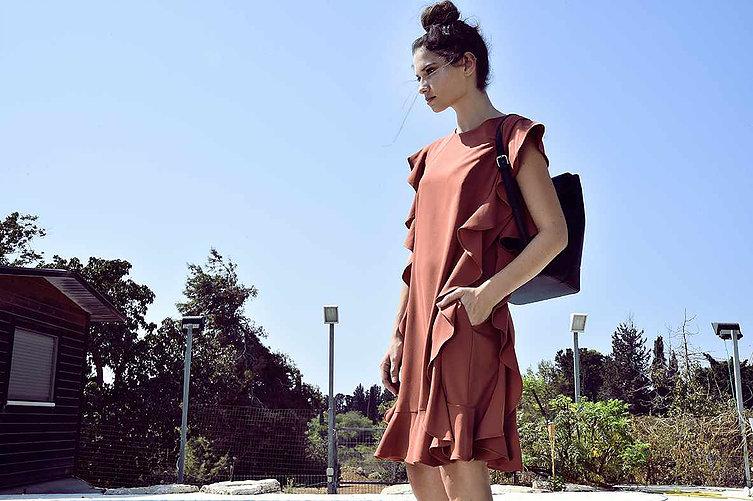 """(בתמונה למעלה: שמלה אדומה מתוך הקולקציה של """"איזבלה"""" דרך בן צבי 84 תל אביב,צילום: איתן טל)"""
