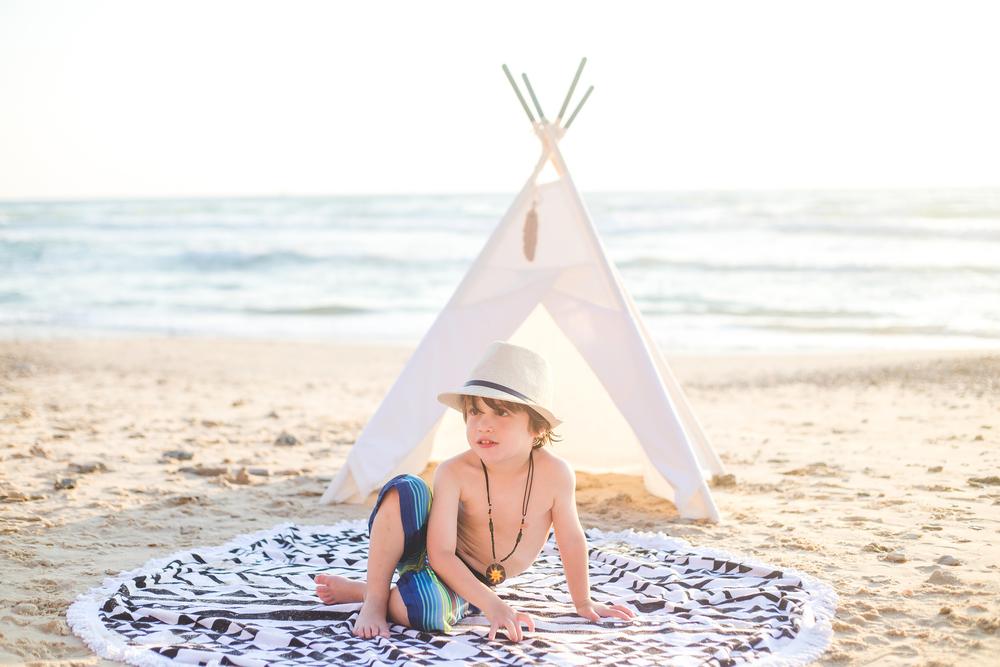 איתי בבגד ים פסים זוהרים של The children's place , אוהל טיפי דקורטיבי  WANDERLUST TeePee
