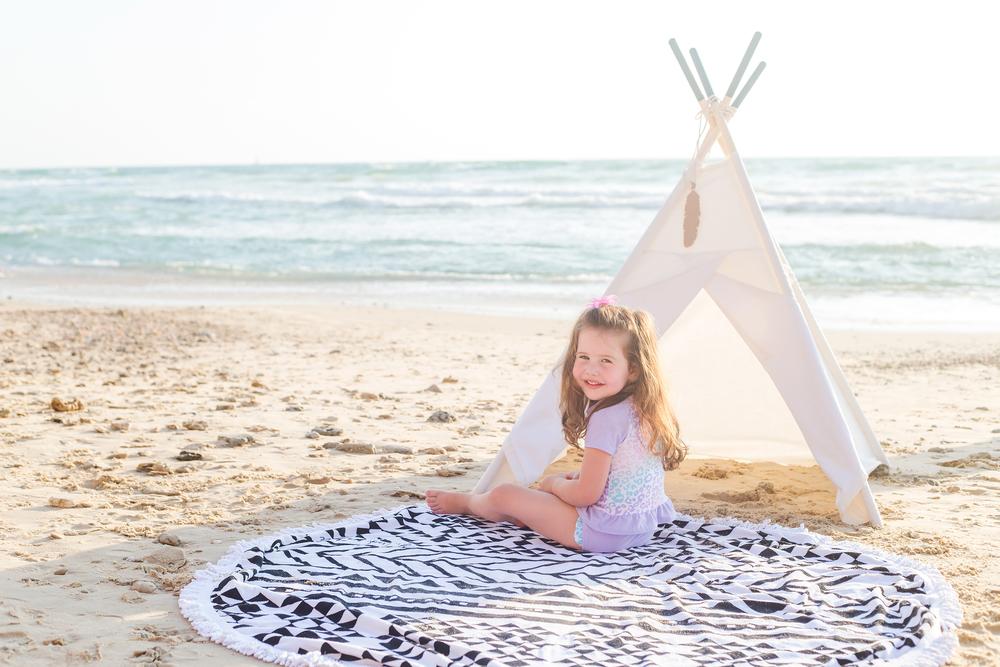 גאיה בבגד ים שני חלקים  The children's place ורון ב בגד ים גלישה FOX , אוהל טיפי WANDERLUST TeePee (צילום אורטל אקרמן)