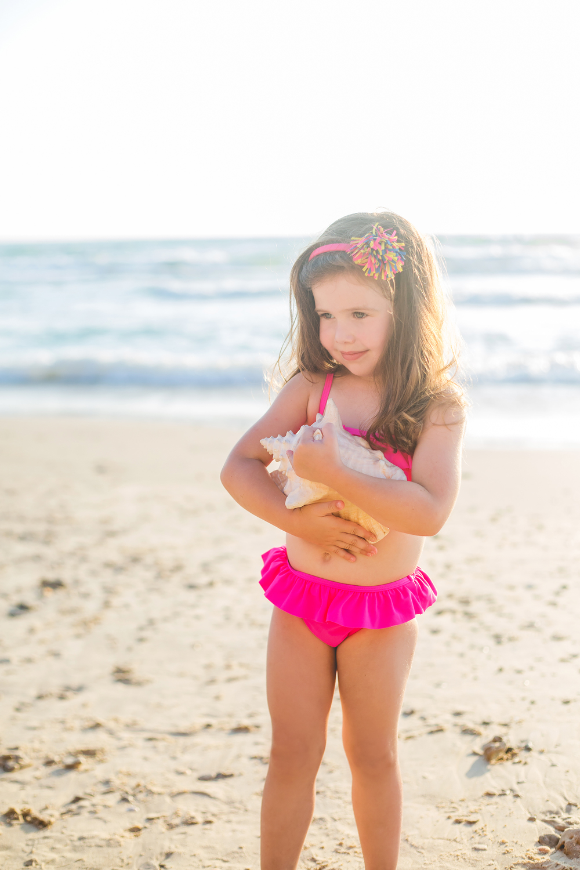 גאיה בבגד ים שני חלקים ורוד פפלום בשילוב קשת שיער תואמת The children's place (צילום אורטל אקרמן)