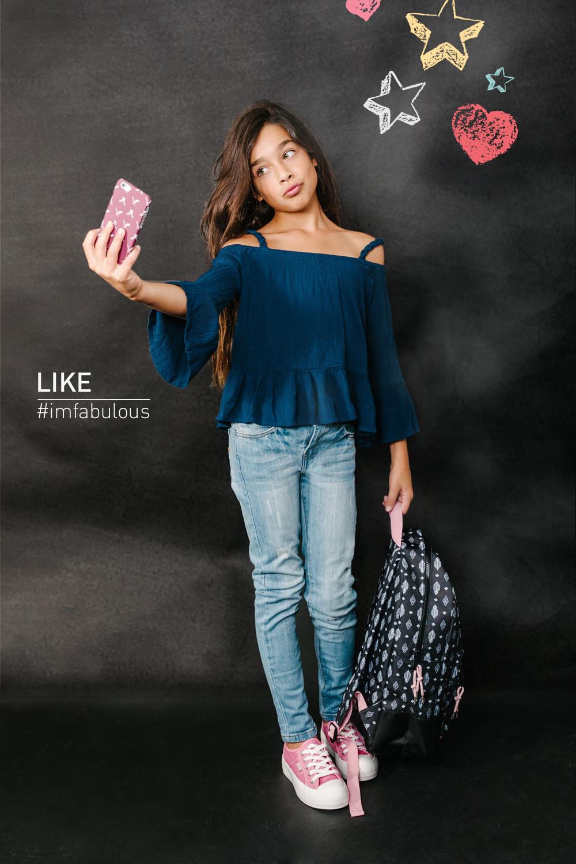 """מיה בחולצת פפלום וג'ינס, כיסוי לסלולר ותיק בי""""ס-    אמריקן איגל קידס   נעלים: פפאיה ( צילום: מרק סגל ל- imahotmag.com)"""