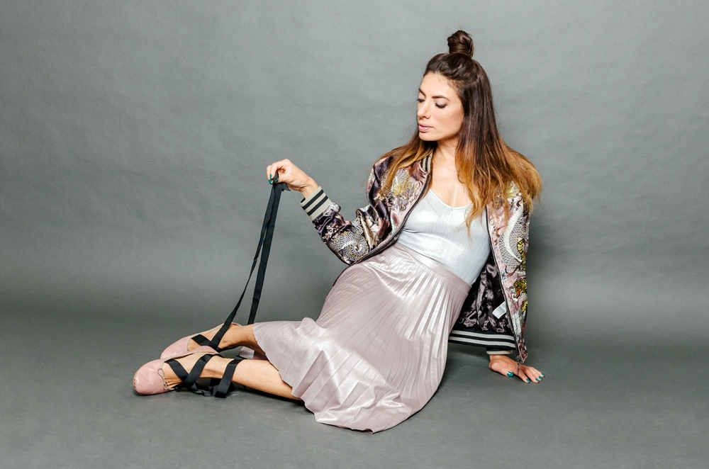 """""""תמיד שואפת להיות הכי טובה במה שאני עושה"""" אירה דולפין (צילום: מרק סגל)  ג'קטונעלים: זארה, גופיהוחצאית: ברשקה"""