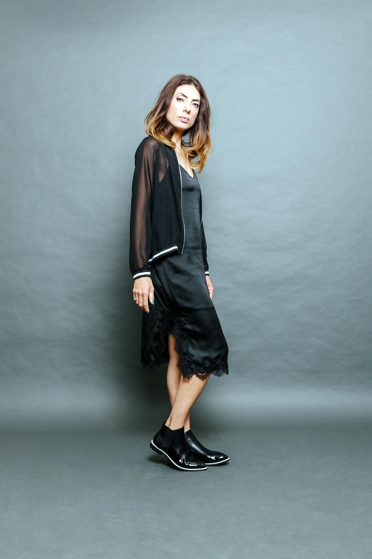 """""""מה, זהו?"""" אירה דולפין (צילום: מרק סגל)  ג'קט: זארה, שמלה: ברשקה, נעלים: קסטרו"""