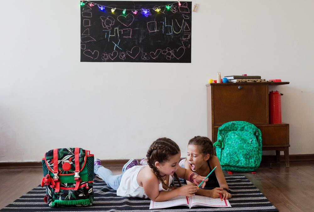 רוני ונעמה עםתיקי קיפלינג. מימין- דגם 'צ'יטה סטאר', משמאל דגם 'מיקס מקסיקני'(צילום: אורית כץ)